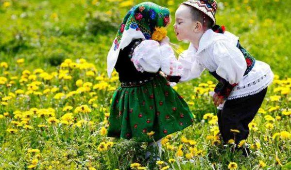 Sute de copii implicați în practicarea tradițiilor de primăvară de  la Dragobete  până la Buna Vestire