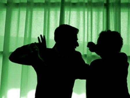 Doi tineri cercetați pentru violare de domiciliu, lovire sau alte violențe