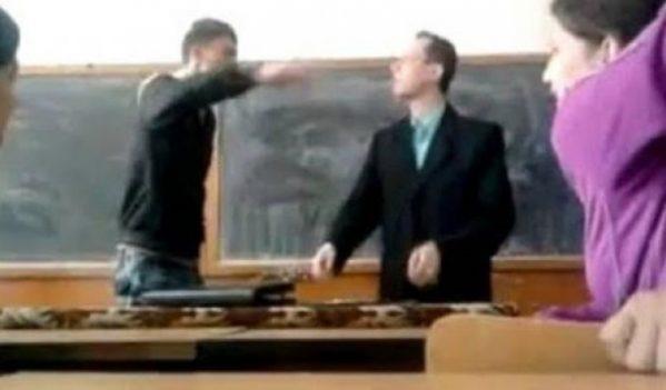 Dacă lovești un profesor,  închisoare doi ani și jumătate!